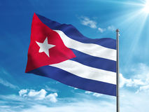 Флаг Кубы развевая в голубом небе Стоковое фото RF