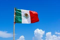 Флаг Мексики над голубым облачным небом Стоковое фото RF