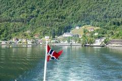 Флаг Норвегии и Geirangerfjord, Норвегия Стоковые Фотографии RF