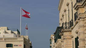 Флаг логотипа банка HSBC в городе Валлетты, Мальте сток-видео