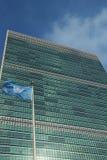 Флаг Организации Объединенных Наций перед управлением ООН в Нью-Йорке стоковое фото