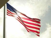 Флаг отвесного цвета американский развевая в ветре Стоковое Изображение