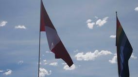 Флаг Перу развевая против голубого неба видеоматериал
