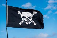 Флаг пирата в ветре Стоковое Изображение