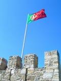 Флаг Португалии развевая замок St. George Стоковое Фото