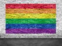 Флаг радуги покрашенный над белой кирпичной стеной Стоковые Изображения RF