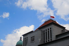 Флаг Сингапура на половинном рангоуте Стоковое фото RF