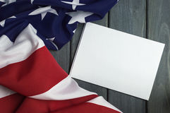 Флаг Соединенных Штатов Америки с пустым космосом для записи вашего текста на листе бумаги на деревянной предпосылке стоковое фото