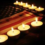 Флаг Соединенных Штатов и освещенных свечей Стоковые Изображения RF
