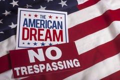 Флаг США американской мечты ОТСУТСТВИЕ Trespassing знака Стоковая Фотография RF