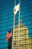 Флаг США вне здания в Бостоне, США Стоковое Изображение RF