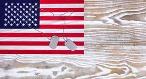 Флаг США и воинский ID маркируют дальше увядают белая деревянная предпосылка Стоковое Изображение RF