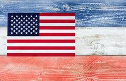 Флаг США при национальные цвета покрашенные на досках увядать деревянных Стоковое фото RF