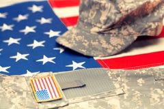 Флаг США с военной формой США над ей - съемка студии Фильтрованное изображение: влияние обрабатываемое крестом винтажное стоковые изображения