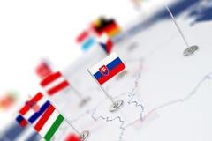 Флаг Словакии в фокусе Карта Европы с флагами стран Стоковое Изображение RF