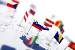 Флаг Словении в фокусе Карта Европы с флагами стран Стоковые Фото