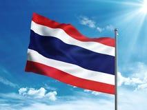 Флаг Таиланда развевая в голубом небе Стоковое Фото