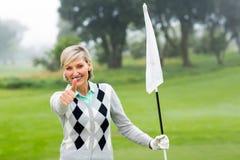 Флаг удерживания игрока в гольф дамы Стоковые Фото