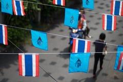 Флаг ферзя Sirikit украшенный над улицей в Бангкоке, Таиланде Стоковое Изображение