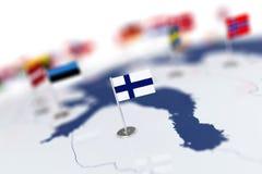 Флаг Финляндии в фокусе Карта Европы с флагами стран Стоковые Фото