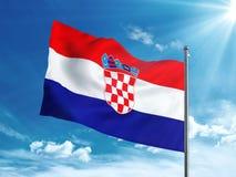 Флаг Хорватии развевая в голубом небе Стоковое Изображение RF