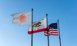 Флаг Яблока в Яблоке размещает штаб на бесконечном цикле в Cupertino Стоковая Фотография RF