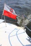 Флаг Ensign Польша польский на море яхты Стоковое Фото