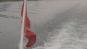 Флаг ` s Швейцарии двинул ветром на шлюпке акции видеоматериалы
