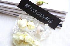 Флакон духов, белые розы и кассета Стоковая Фотография