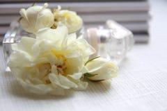 Флакон духов, белые розы и кассета Стоковые Фото