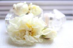 Флакон духов, белые розы и кассета Стоковое Изображение RF