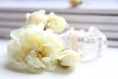Флакон духов, белые розы и кассета Стоковое фото RF