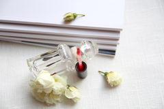 Флакон духов, красная губная помада, белые розы и кассеты Стоковое Фото