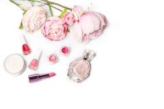Флакон духов, маникюр, губная помада Натюрморт женщины моды Хлопните женские вещи с цветками на белой предпосылке Стоковая Фотография