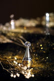 Флакон духов с предпосылкой золота стоковое изображение