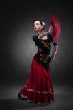 Фламенко танцев молодой женщины с вентилятором на черноте стоковое изображение rf
