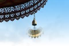 Флаттер колокола на декоративной крыше стоковое изображение rf