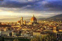 Флоренс или Firenze, ориентир ориентир собора Duomo Взгляд захода солнца от Стоковое фото RF