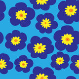 Флористическая безшовная картина с голубыми фиолетами на голубой предпосылке Стоковые Изображения RF