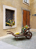 Флористическая тележка сада в живописной узкой улице Стоковые Фото