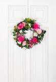 Флористический венок на двери Стоковое Изображение