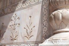 Флористический орнамент на мраморной стене Стоковые Фотографии RF