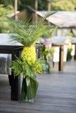 Флористический состав желтых маргариток и leav ладони Стоковое Изображение