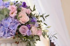 Флористическое украшение свадьбы с фиолетом, синью, розовыми цветками и растительностью Стоковые Изображения