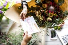 Флорист делая расположение букета свежих цветков с счастливым Anni Стоковые Фотографии RF