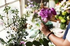 Флорист делая расположение букета свежих цветков Стоковые Изображения RF