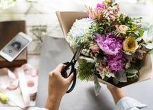 Флорист делая расположение букета свежих цветков Стоковое Изображение