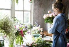 Флорист делая расположение букета свежих цветков Стоковое фото RF