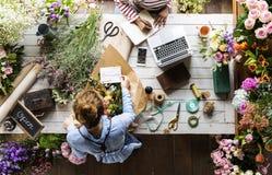 Флорист делая расположение букета свежих цветков Стоковые Фото