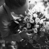 Флорист делая расположение букета свежих цветков Стоковые Изображения